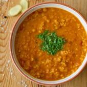 🍲LÄÄTSESUPP KOOKOSPIIMAGA  See taipärane supp on piima- ja gluteenivaba, nii et sobib erinevatele allergikutele. Kui kasutad köögiviljapuljongit, siis on supp ka vegan.  Supp on üsna maheda maitsega - kui soovid, siis lisa veidi hakitud tšillit või kuivatatud tšillihelbeid.  🍅KOOSTISOSAD 200 g BioLife punaseid läätsesid (u 2,5 dl) 2 cm jupp värsket ingverijuurt 1 sibul 1 küüslauguküüs 1 sl õli 1 tl kollajuurt ehk kurkumit 5 dl kana- või köögiviljapuljongit 400 g purustatud tomatit 200-400 g Thai-Choice kookospiima soola ja musta pipart  🌿Kaunistuseks: värsket koriandrit või peterselli  👩🍳VALMISTAMINE Loputa läätsed ja kurna sõelal.  Peenesta ingverijuur, sibul ja küüslauk. Hauta paar minutit õlis. Lisa kollajuur, kuum puljong, purustatud tomatid ja pestud läätsed. Kuumuta supp keemiseni ning hauta tasasel tulel 20 minutit, kuni läätsed on pehmed.  Lisa kookospiim ja kuumuta supp uuesti läbi. Kaunista hakitud värske koriandri või peterselliga ja serveeri.  ❤️Punased läätsed leiad Bio Life kodulehelt 👉https://biolife.ee/mahe-oko-teraviljad/716-mahe-punased-laeaetsed-400-g-oeko.html  Retsept ja pilt : NamiNami retseptikogust  #biolife #mahetooted #läätsesupp #tervislik #vegan