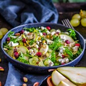 🥗Vitamiinisalat pirni, viinamarjade, pistaatsiapähklite ja sinihallitusjuustuga   Aeg kokku 15 minutes  Portsjonit 2 inimesele  🍐Koostisosad 100 g rukolat 2 tk pirni 200 g viinamarju poolitatuna paar peotäit pistaatsia pähkleid paar peotäit kuivatatud jõhvikaid  🍯Salatikaste 4 sl oliiviõli 2 sl sidrunimahla 1 -2 tl mett soola ja pipart  👩🍳Valmistamine Sega esmalt kokku salatikaste. Selleks sega omavahel sidrunimahl, mesi, sool ning pipar. Lisa segades oliiviõli kuni moodustub ühtlane kaste.  Tõsta kaussi rukola, viilutatud pirnid ja viinamarjad.   Nirista peale salatikaste ja sega kõik läbi.   Tõsta taldrikule või salatikaussi ja lisa sinna ka sinihallitusjuust, pistaatsiapähklid ja jõhvikad.   Head isu 😋  #biolife #mahetooted #tervislik #retsept