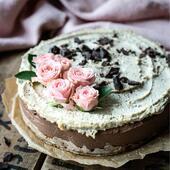 🎂Siidine šokolaadi-pähklikook kohviga  Sinu ema oleks väga õnnelik sellise koogi üle🥰  🥥KOOSTISOSAD Põhi: 3 spl kaerahelbeid 2 spl toortatrajahu 2 spl mandlijahu 8-9 kuivatatud datlit 1 spl kookosõli 1/4 tl meresoola  Täidis: 400 g india pähkleid 1 banaan 250 ml kookospiima 65 g kookosõli 120 g Fazer tumedat (70%) küpsetusšokolaadi 40 ml kanget kohvi (1 shot espressot) 2 tl Irish cream siirupit/likööri (võib ära jätta või asendada vaniljega) 1 tl jahvatatud kohvi puru 2 tl vahtrasiirupit  👩🍳VALMISTAMINE 1Pane eelmisel päeval india pähklid vette likku.  2.Järgmisel päeval alusta põhja valmistamisest.  3.Selleks leota kuivatatud datleid soojas vees 15 minutit.  4.Haki datlid väikestest tükkideks või suru kahvliga katki.  5.Sega datlimöksi hulka kaerahelbed, tatrajahu, mandlijahu, sool ja kookosõli.  6.Vooderda lahtikäiv koogivorm küpsetuspaberiga ja kata ka koogivormi äär paberi või tordikilega.  7.Suru põhjaosa koogivormi põhja ja aseta vorm külma.  8.Täidise jaoks kurna pähklid veest ja vala 3/4 pähklitest blenderkannu.  9.Haki šokolaad ja sulata vesivannil.  10.Lisa blenderkannu pähklitele hulka banaan, 200 ml kookospiima, 55 g -õli, Irish cream ja must kohv.  11.Vala hulka ka sulašokolaad.  12.Töötle kõik koostisosad blenderkannus ühtlaseks kreemjaks massiks ja vala koogipõhjale.  13.Aseta kook 2 tunniks sügavkülma või vähemalt 4 tunniks tavalisse külmkappi tahkuma.  14.Kui kook on tahenenud, siis valmista kreem. Selleks töötle blenderis alles jäänud leotatud india pähklid, 50 ml kookospiima, 10 g -õli, kohvipuru kreemjaks.  15.Määri kreem koogile katteks ja kaunista hakitud šokolaadi ning miks mitte ka roosinupukestega.  Head isu 😋  Retsept on pärit koogikontor.ee  👉Paljud selles retseptis olevad tooted on saadaval e-poes biolife.ee   #emadepäev #emadepäevakook #toorkook #koogikontor #tervislik